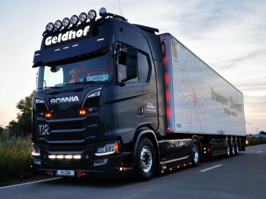 Tekno 82090 - Scania Next Gen S Serie Highline mit 3 Achs Kühlauflieger - Geldhof Transport